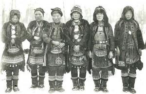 Группа эвенок в национальных костюмах