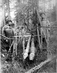 """Деревянные """"хомоконы"""" на страже покоя эвенков. Фото И.М.Суслова, КККМ оф 4660-2"""