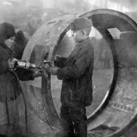 Дети-рабочие на Новосибирском прожекторном заводе (впоследствии «Электроагрегат») во время войны