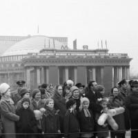 Жители Новосибирска на первомайской демонстрации в начале 19070-х гг.