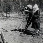 Р. М. Мильман снимает идолов-хомоконов у входа в шаманский чум (ЦГАЛИ СПб. Ф. 168 Оп. 1 Д. 12 Л. 27)