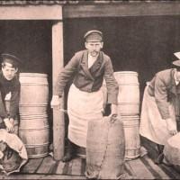 Рабочие на маслодельне