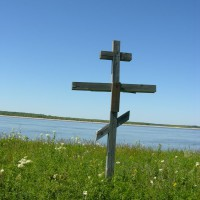 Памятный крест на острове Назинском